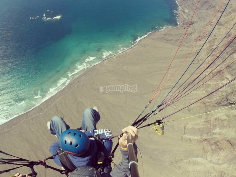 Parapente sobre la playa de Famara