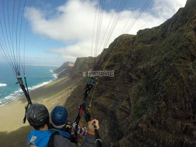 Sobrevolando la costa de Lanzarote en parapente