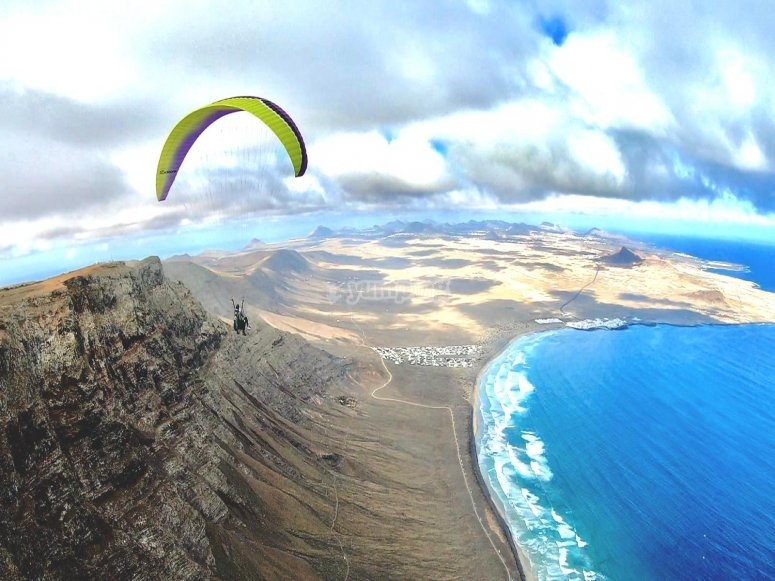 Planeando sobre Lanzarote en parapente