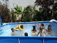 Divertidos juegos en la piscina