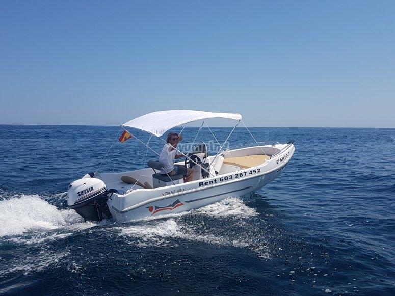 Dipol船穿过地中海