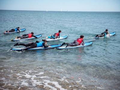 在锡切斯5天早上划桨冲浪营