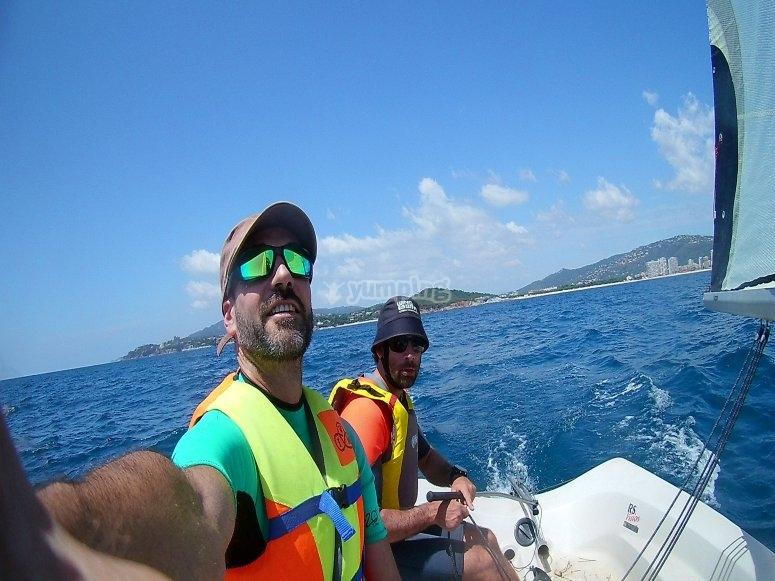 Disfrutando de un día navegando por playa de Aro