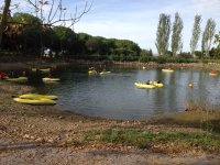 Navega en kayak en el embalse