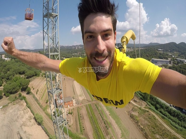 Haciendo bungee jumping