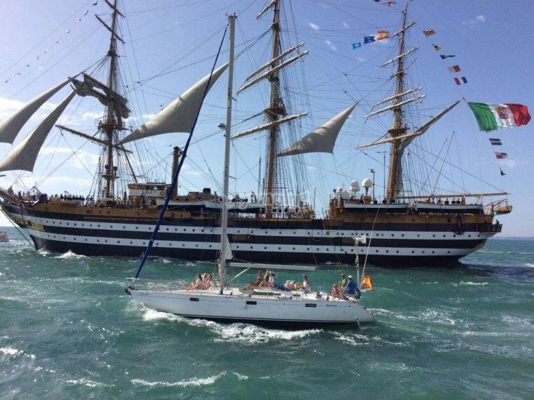 Beneteau Oceanis frente a gran embarcacion
