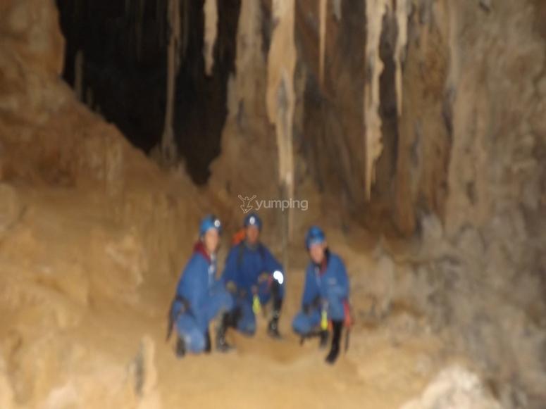 在钟乳石洞穴探险