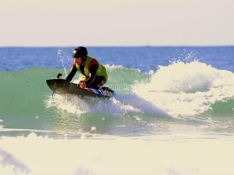 Cogiendo una ola en jetsurf
