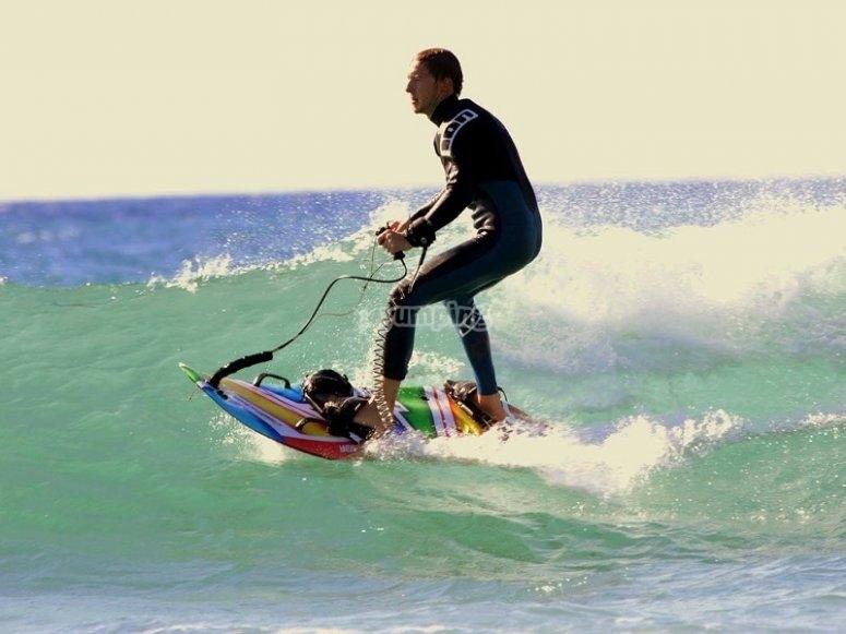 De pie en la tabla de jetsurf