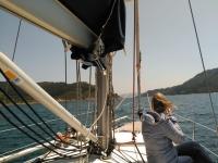 Mirando al horizonte en el velero