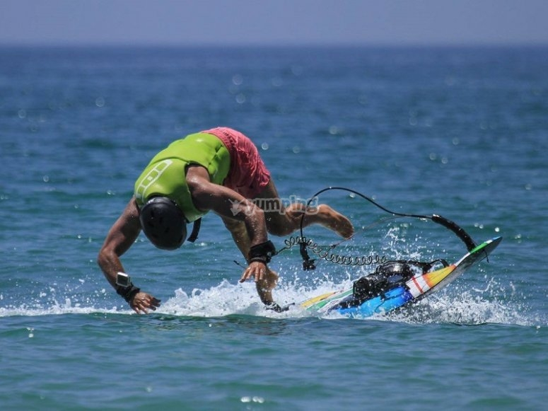 jetsurf学生跳下水的