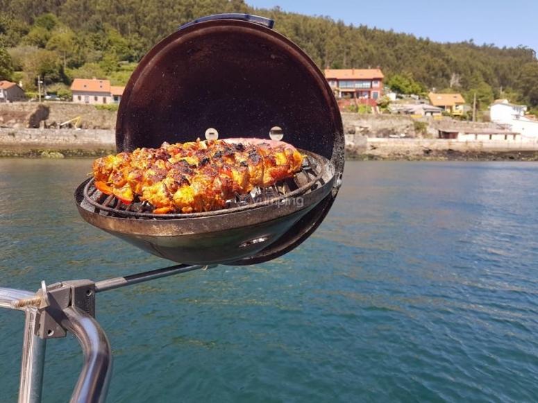 船上的肉类烧烤