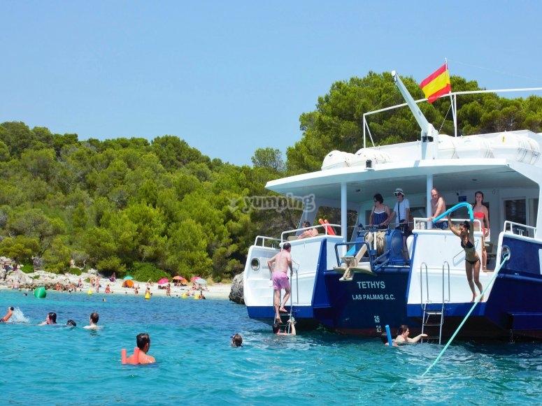 Refrescante bano en cala de Menorca