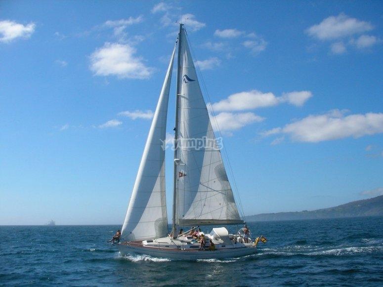 晚上帆船在海上浪漫的日落