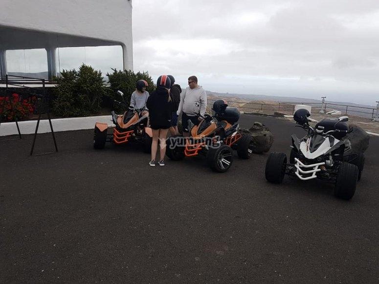 tres quads chica con casco