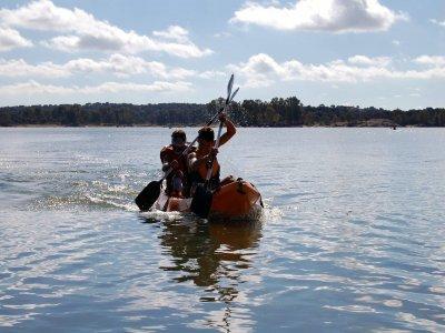 在Alange水库的独木舟航行2小时