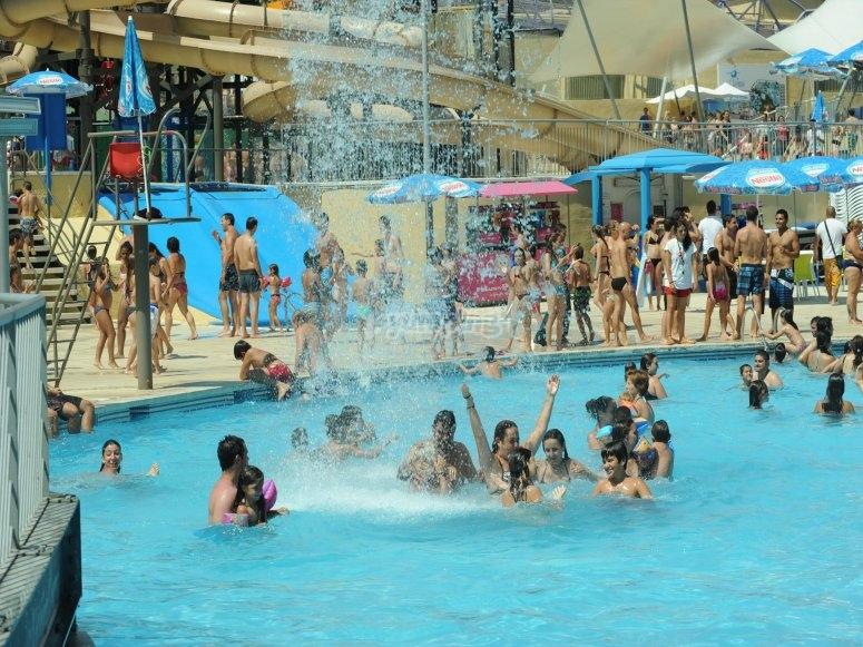 滑下水滑梯享受着水上公园泳池