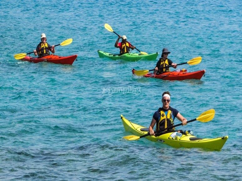 Grupo remando en canoa