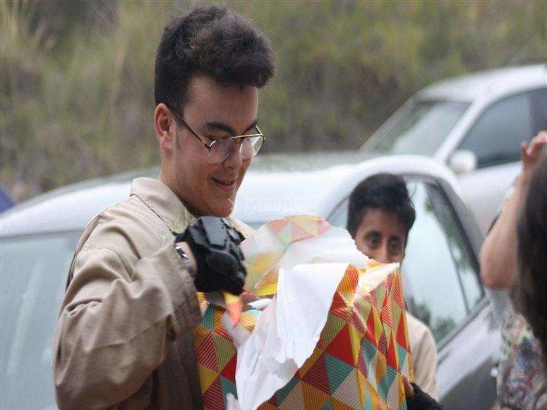 Abriendo regalo de cumple