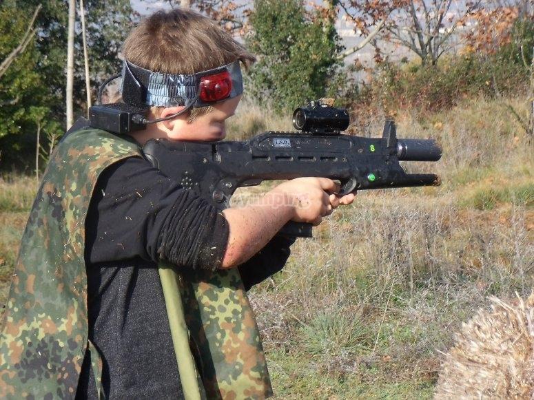Apuntando a su contrincante con el arma laser