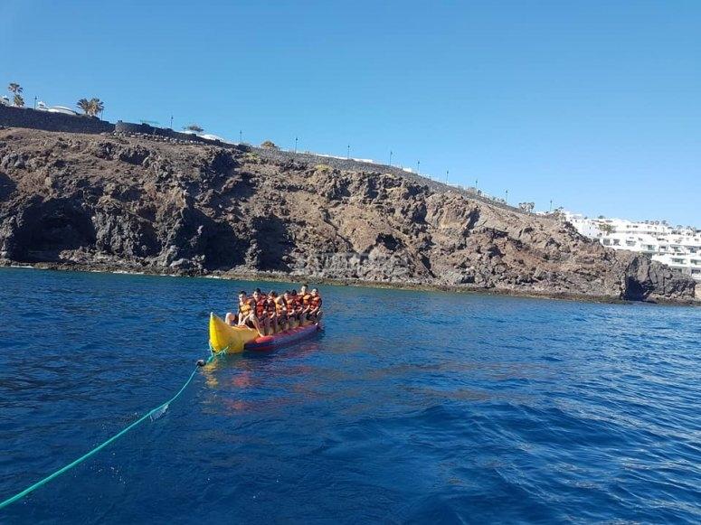 Banana trascinata da una barca