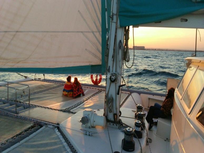 在日落时航行