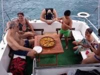 Degustando la paella en el barco