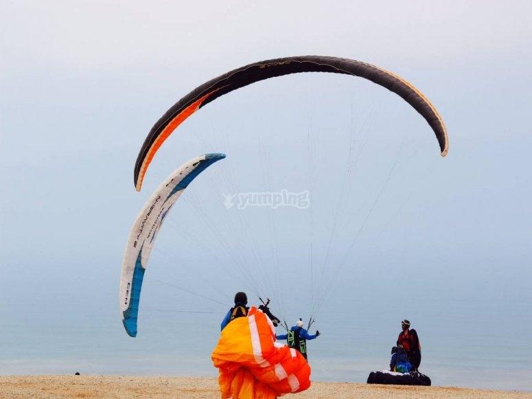 Aterrizaje de parapente junto al mar