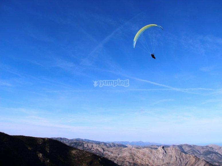 Tramo de vuelo sobre las montanas