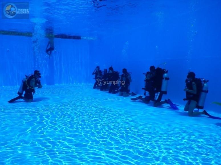 在游泳池中浸入水中
