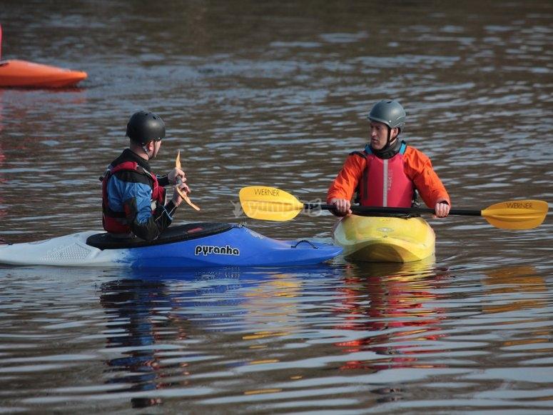 Kayak con amigos por el Mediterraneo