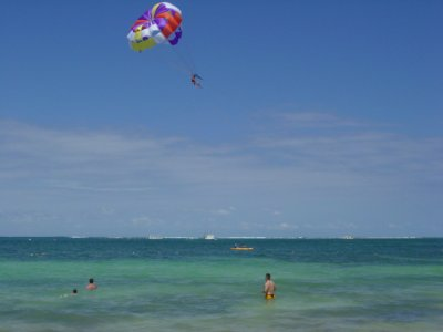 在锡切斯海岸滑翔伞15分钟