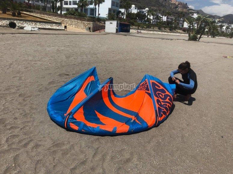 女孩练习风筝冲浪