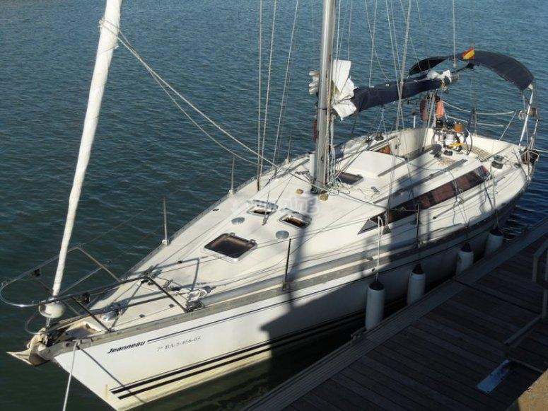 Barco de vela atracado