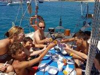 Brindando en el barco