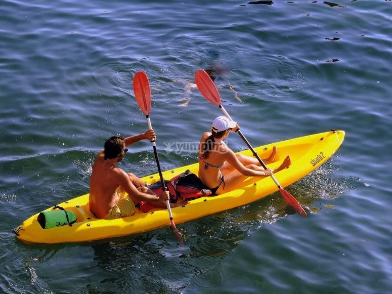 Kayak doble amarillo en el mar
