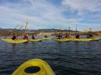 Navega en kayak con amigos y companeros de trabajo