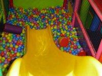deslizate a la piscina de bolas