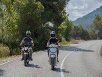 en scooter por la carretera