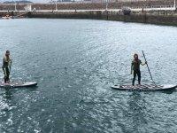 与朋友一起练习桨冲浪