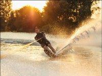 日落时的滑水板