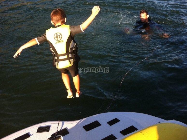 Alumno saltando al agua