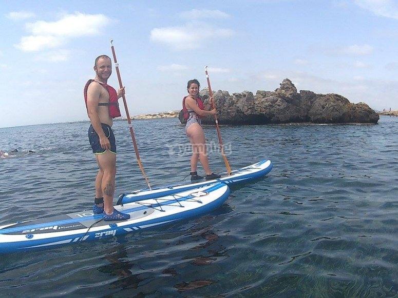 pareja haciendo paddle surf