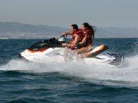 鼓舞自己置身于驾驶水上电单车摩托车旅游