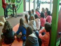 儿童在地板上看着他的老师