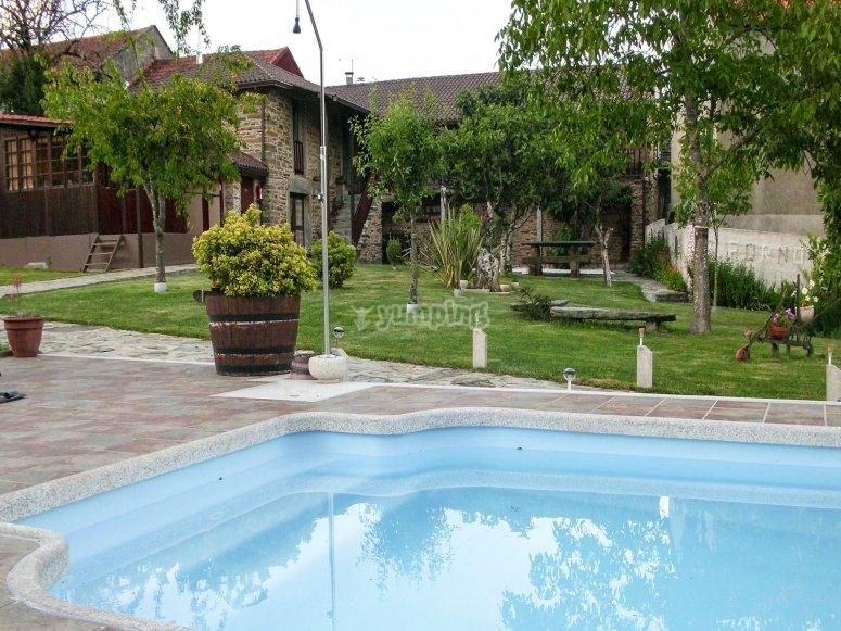 带泳池的乡间小屋