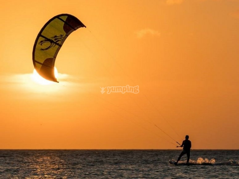 日落风筝冲浪