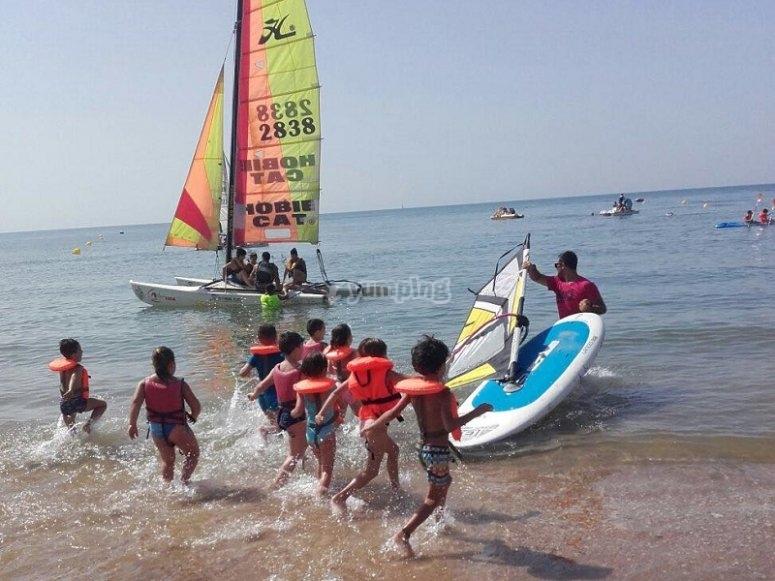 Entrando al agua para las actividades