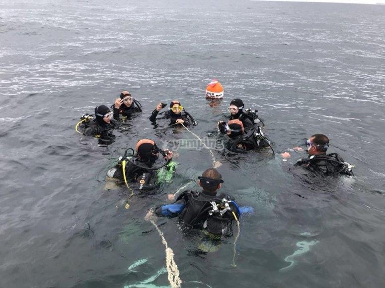 a punto de comenzar la inmersion del bautismo de buceo