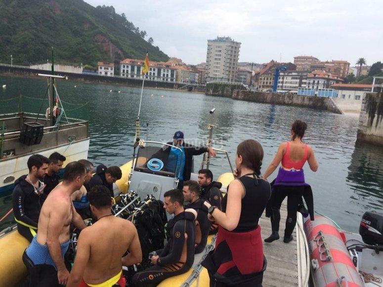 preparato per un'immersione sulla costa verde